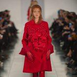 Abrigo rojo en el desfile de Alta Costura, de John Galliano, en Londres