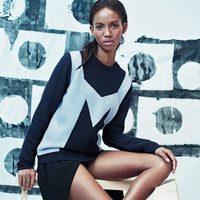 La modelo Adesuwa Aighewi posando con zapatillas Nike en colaboración con & Other Stories
