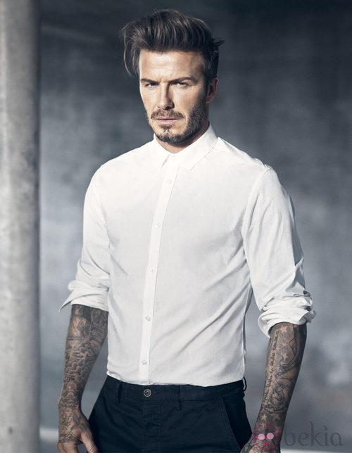 David Beckham con una camisa blanca de su colección Essentials primavera 2015