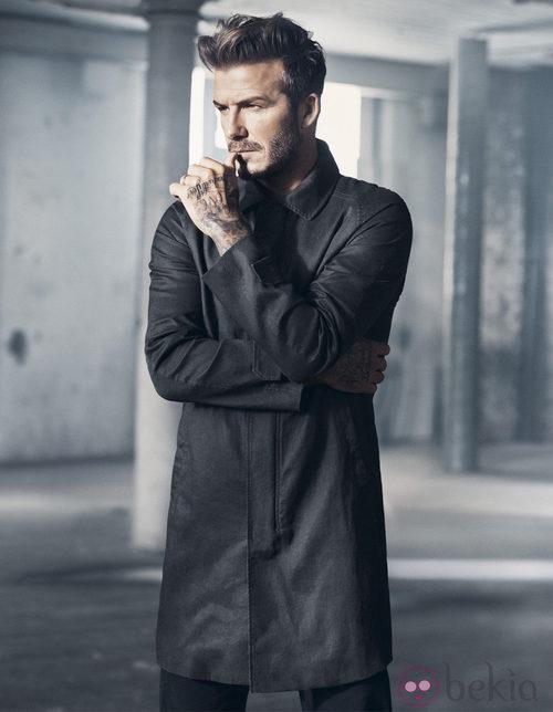 David Beckham con un abrigo de su colección Essentials primavera 2015