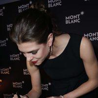Carlota Casiraghi firmando como nueva embajadora de Montblanc