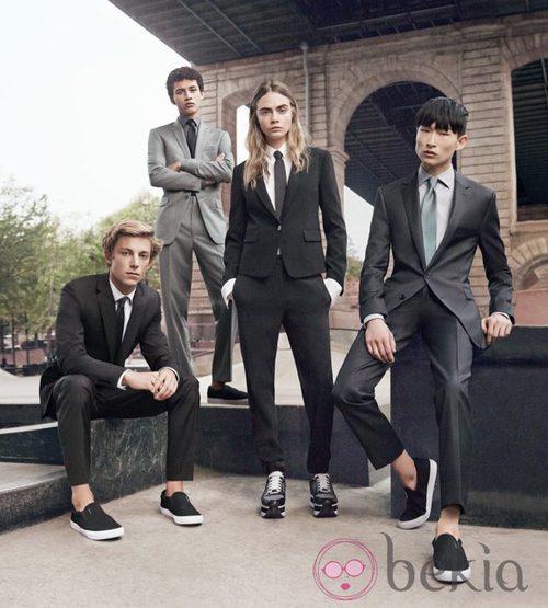 Cara delevingne posando para la campaña primavera/verano 2015 de DKNY