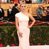 Reese Witherspoon con un vestido asimétrico en la alfombra roja de los Premios SAG 2015
