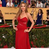 Sofía Vergara con un vestido rojo en la alfombra roja de los Premios SAG 2015