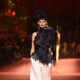 Pantalón ancho blanco de Schiaparelli en la Semana de la Alta Costura de París primavera/verano 2015