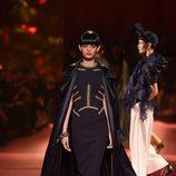 Vestido negro de Schiaparelli en la Semana de la Alta Costura de París primavera/verano 2015