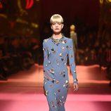 Vestido azul de Schiaparelli en la Semana de la Alta Costura de París primavera/verano 2015