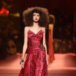 Vestido rojo de Schiaparelli en la Semana de la Alta Costura de París primavera/verano 2015