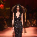 Vestido negro con estrellas de Schiaparelli en la Semana de la Alta Costura de París primavera/verano 2015