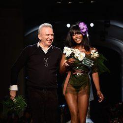 Jean Paul Gaultier con Naomi Campbell en su desfile de la Semana de la Alta Costura de París
