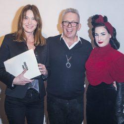 Jean Paul Gaultier con Carla Bruni y Dita von Teese en su desfile de la Semana de la Alta Costura de París