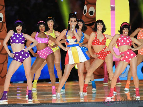 Katy Perry con una falda y un top a juego en la Super Bowl 2015