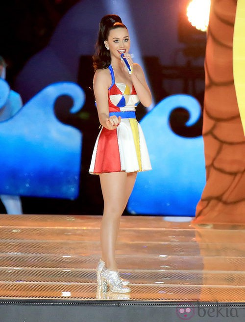 Katy Perry con una falda y un top de color blanco, amarillo, azul y rojo en la Super Bowl 2015