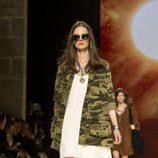 Vestido Blanco y chaqueta militar en el desfile de Mango de la 080 Barcelona Fashion 2015