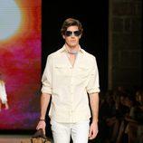 Oriol Elcacho con un conjunto blanco de Mango en el desfile de la 080 Barcelona Fashion 2015