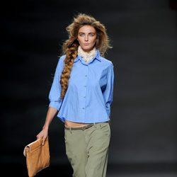 Pantalón tobillero verde y camisa azul en el desfile de TCN en Cibeles