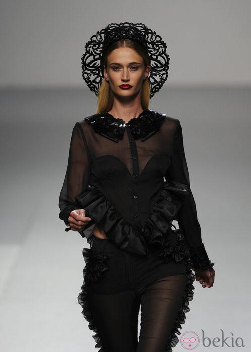 Look 'total black' de María Escoté en Cibeles