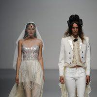 Un vestido de novia y un traje de novio cierran el desfile de María Escoté en Cibeles