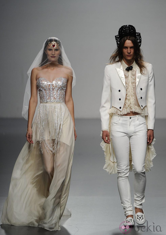 Un vestido de novia y un traje de novio cierran el desfile de María ...