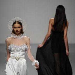 Blanco y negro en el desfile de María Escoté en Cibeles