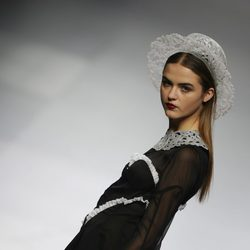 Vestido negro con puntillas blancas en el desfile de María Escoté en Cibeles