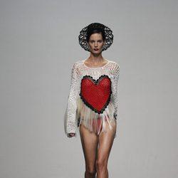 Camiseta con un corazón en el desfile de María Escoté en Cibeles