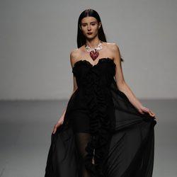 Vestido negro de palabra de honor en el desfile de María Escoté en Cibeles