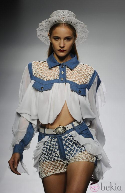 Conjunto azul y blanco en el desfile de María Escoté en Cibeles