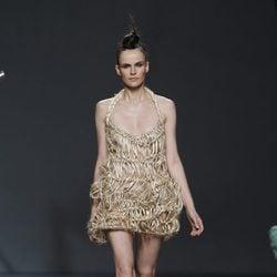 Vestido muy escotado de Sara Coleman para la primavera 2012 en Cibeles