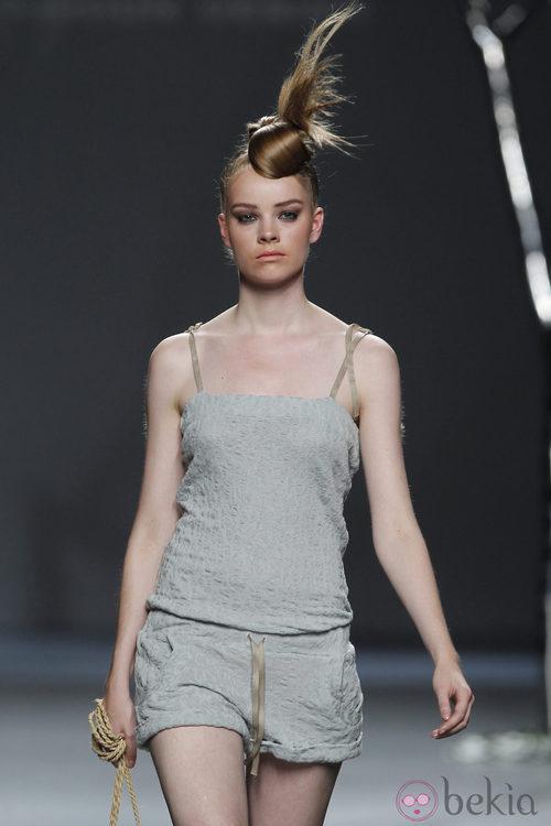 Short y camiseta gris de Sara Coleman en Cibeles