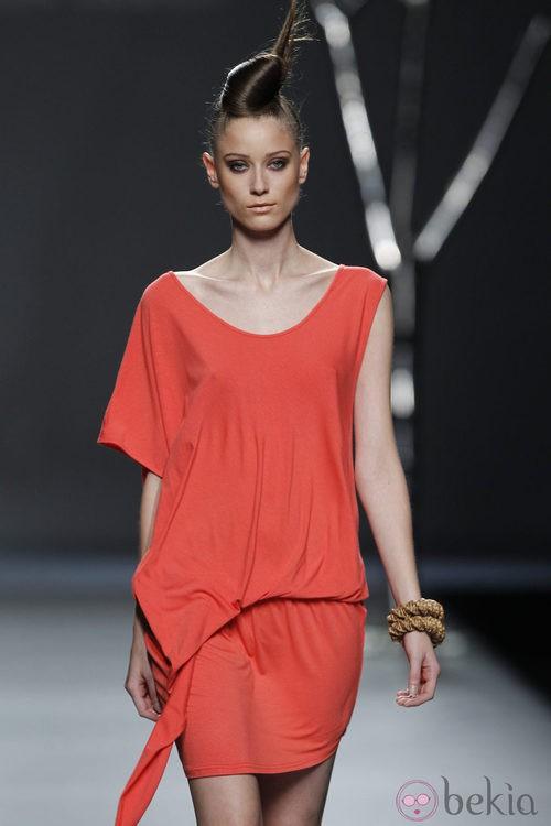 Vestido rojo de la colección primavera 2012 de Sara Coleman en Cibeles