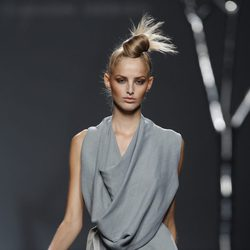 Vestido con cuello caído de Sara Coleman para la primavera 2012 en Cibeles