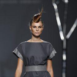 Vestido gris de la colección primavera 2012 de Sara Coleman en Cibeles