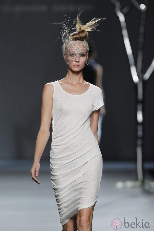 Vestido blanco de la colección primavera 2012 de Sara Coleman en Cibeles