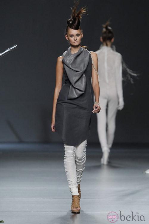 Vestido negro y pantalones blancos de Sara Coleman en Cibeles