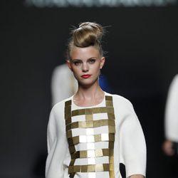 Blusa blanca y dorada de Juana Martín en Cibeles