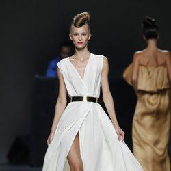 Vestido blanco largo de Juana Martín en Cibeles