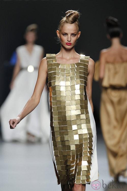 Vestido dorado de la colección primavera 2012 de Juana Martín en Cibeles