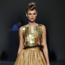 Top dorado con falda camel de Juana Martín en Cibeles