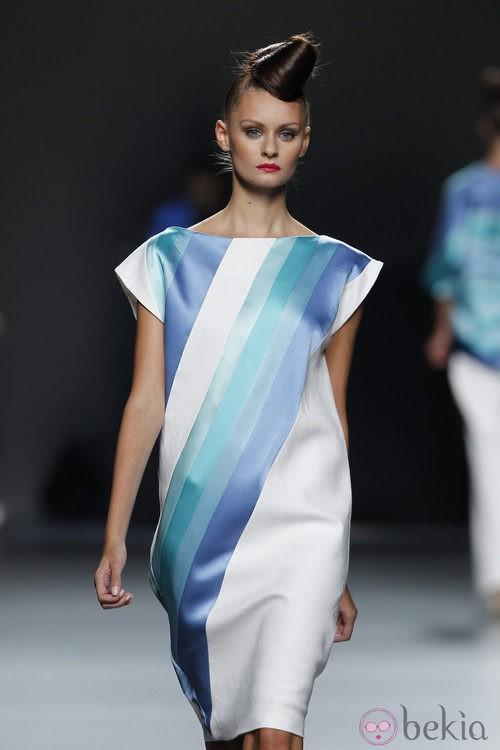 Vestido blanco con rayas azules de Juana Martín en Cibeles