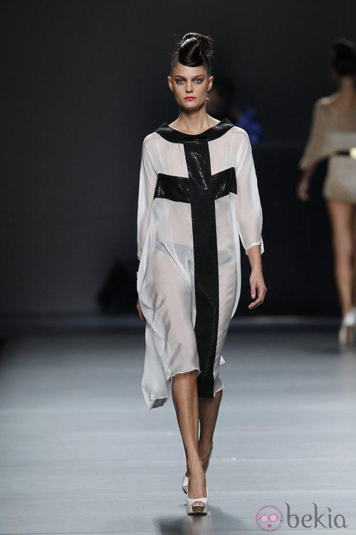 Vestido blanco y negro de Juana Martín en Cibeles