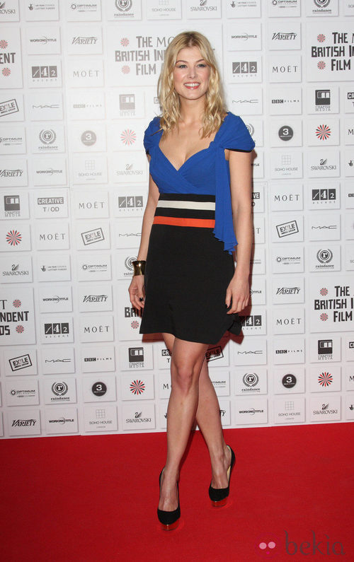 Rosamund Pike con zapatos Dolly de Charlotte Olympia
