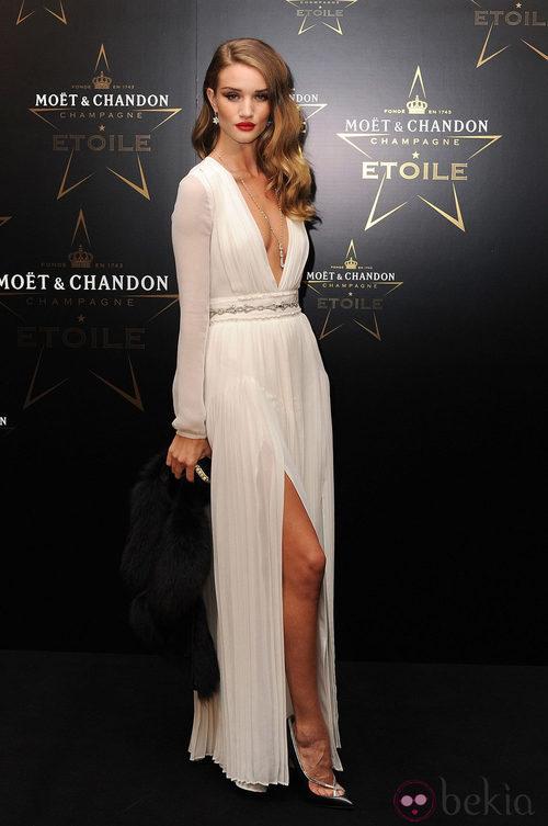 Rosie Huntington en los premios de la moda Moët & Chandon Étoile en Londres
