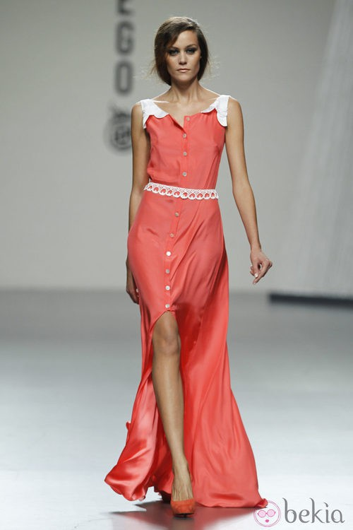 Vestido largo en tono coral de Bebas Closet en Cibeles, colección primavera 2012