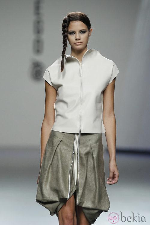 Chaqueta y falda con cremallera de Shen Lin, colección primavera 2012