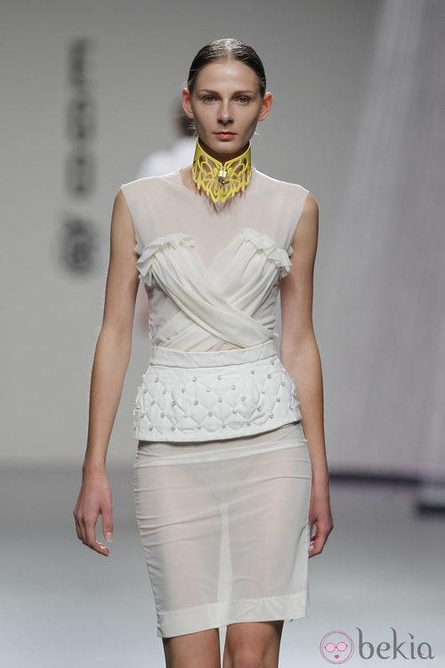 Vestido en beis de Moisés Nieto en Cibeles, colección primavera 2012