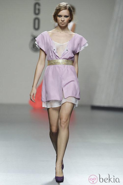 Vestido malva corto con cinturón dorado de Beba's Closet en Cibeles, colección primavera 2012