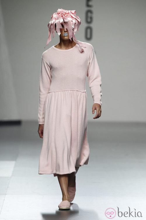Vestido y tocado rosado para hombre de Ibai Labega en Cibeles, colección primavera 2012