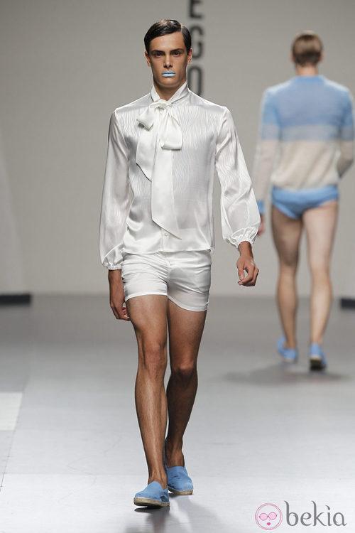 Blusa con lazo y short blanco para hombre de Ibai Labega en Cibeles, colección primavera 2012