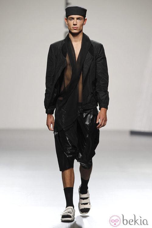 Chaqueta y pantalón en negro de hombre de Alberto Puras en Cibeles, colección primavera 2012